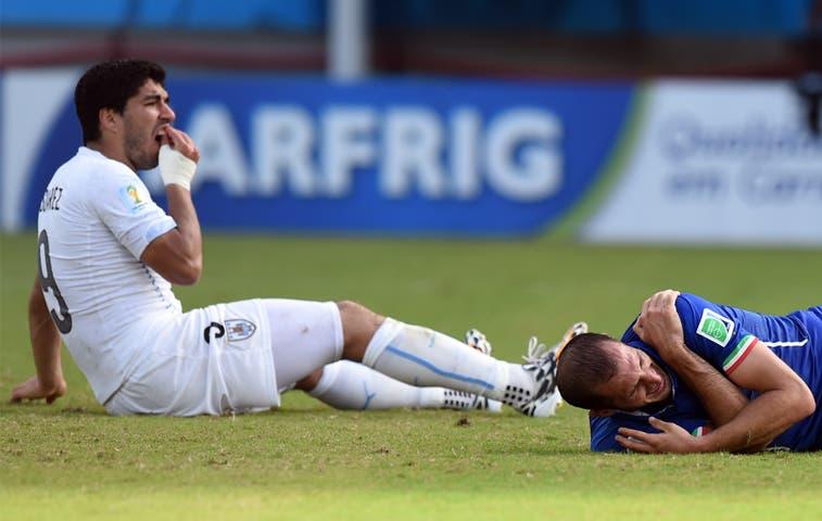 Suárez sancionado por la FIFA por mordisco