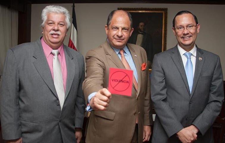 """Tarjeta roja"" de Solís incomodó a usuarios en redes"