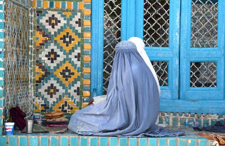Ley francesa prohíbe burka en espacios públicos
