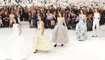 Dior actualiza la historia entre orquídeas blancas