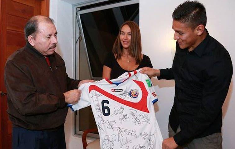 Camiseta de la Sele llega a manos de Ortega