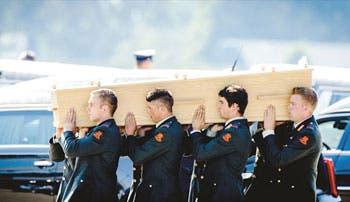 Holanda recibe aviones con víctimas del vuelo MH17