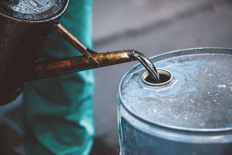 Petróleo retrocede al nivel más bajo en seis meses