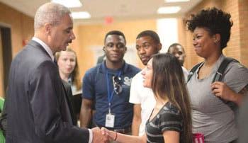 Calma en Ferguson tras la visita del fiscal general de EE.UU.