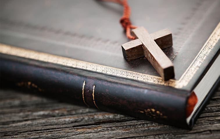 Diputado cristiano regala biblia a sus compañeros