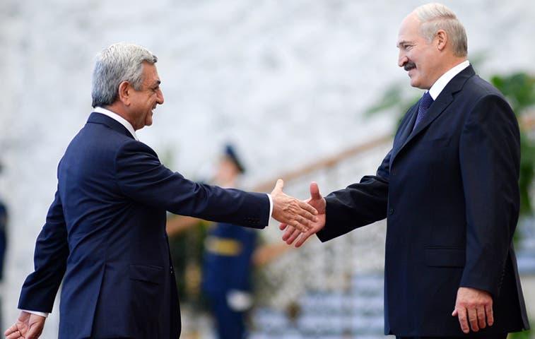 Armenia firma adhesión a Unión Económica Eurasiática