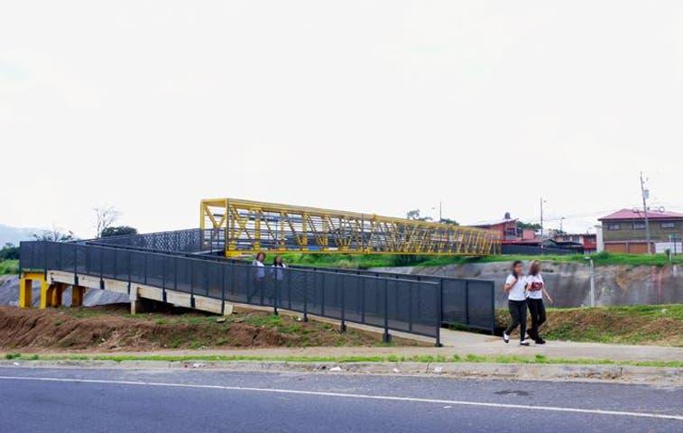 Conavi avanza con la instalación de diez puentes peatonales
