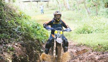 Motociclistas desafían sus habilidades