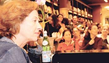 Julia Navarro tuvo encuentro literario con los ticos
