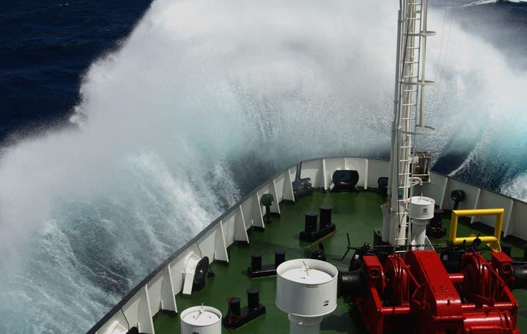 Piden precaución a embarcaciones por fuerte oleaje