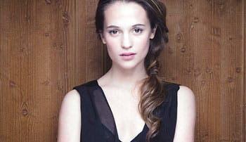 Alicia Vikander de reina a bruja