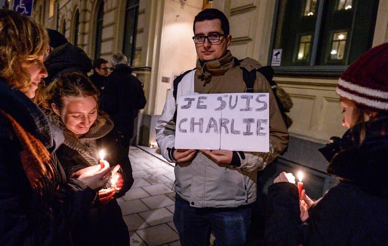 Multitud protesta en París contra ataque del Charlie Hebdo