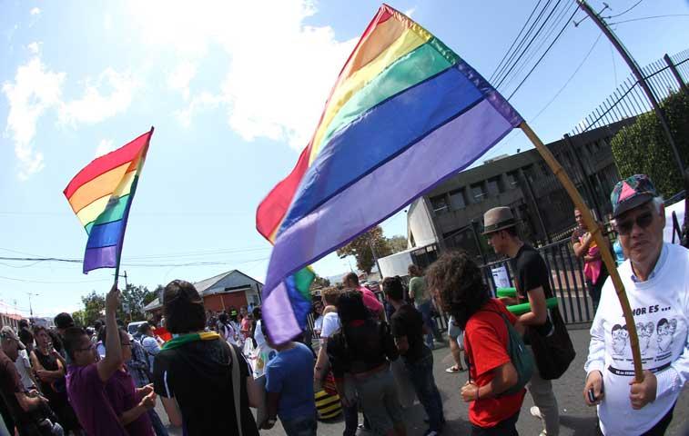Población gay amenaza con romper diálogo