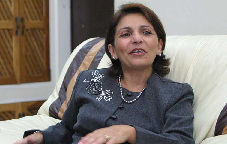 Embajadora en Bolivia llama servil a procuradora