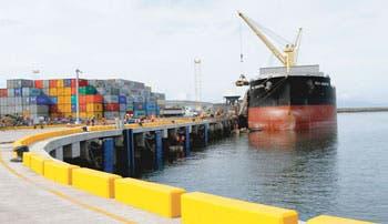 Empresarios pagan más por atrasos de muelle en Caldera