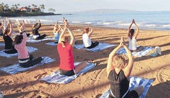 Apúntese a un retiro de yoga en la playa