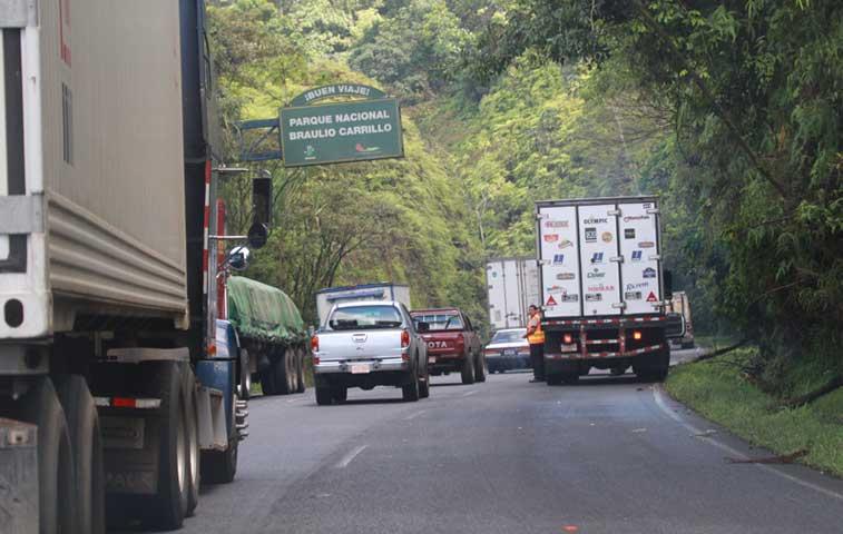Transportistas presionan para que diputados aprueben préstamo para ruta 32