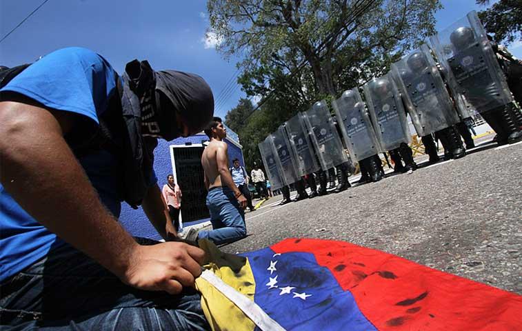 Un policía detenido por muerte de adolescente en protesta venezolana