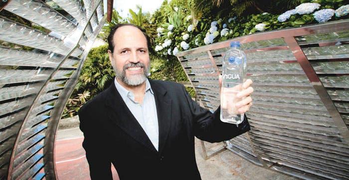 Empresa construye techo a base de botellas de agua