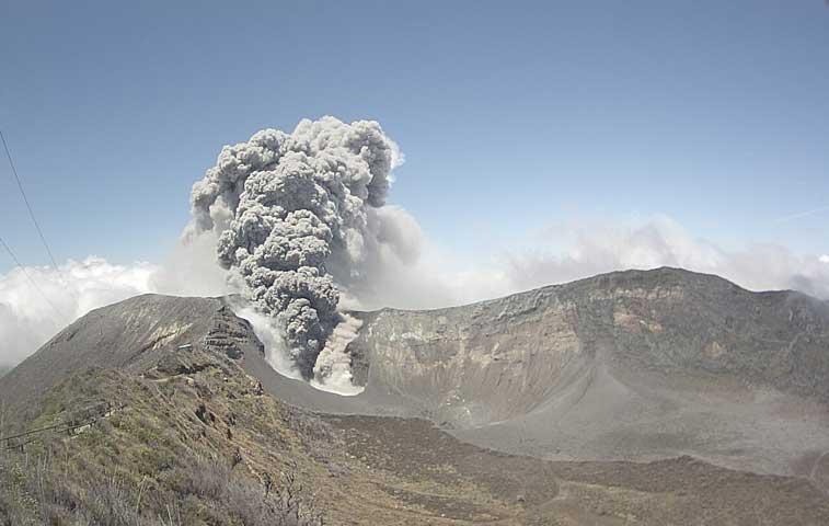 Volcán Turrialba erupciona de nuevo