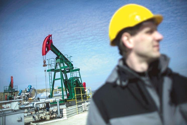 Caída repentina del petróleo divide a los analistas