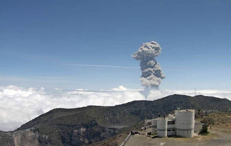 Autoridades atentas con el volcán Turrialba