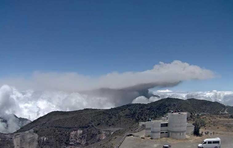 Coloso en Turrialba vuelve a hacer erupción