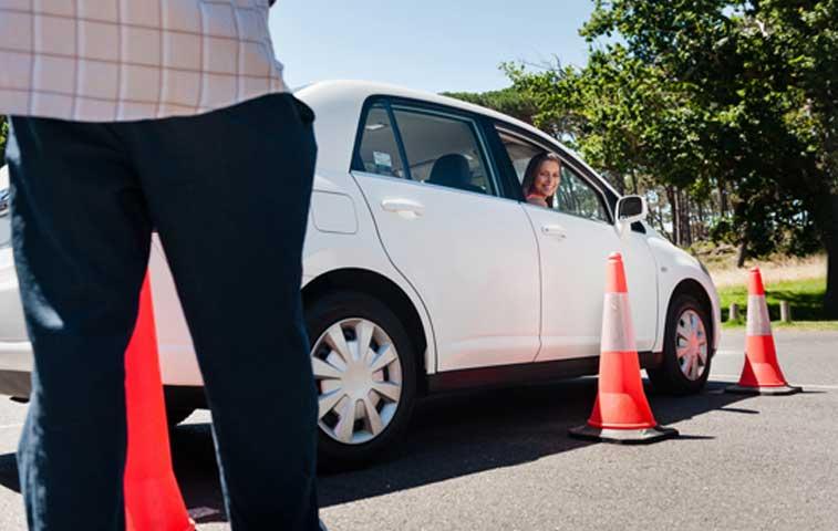 Defensoría exige solución definitiva a caos en pruebas para conducir