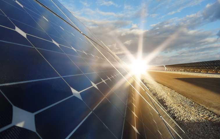 BCIE promueve inversión de paneles solares en El Salvador