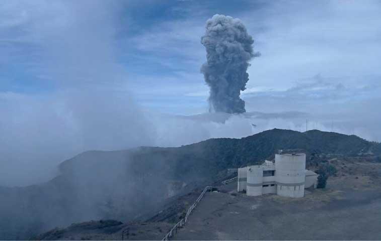 Volcán Turrialba sorprende con nueva erupción