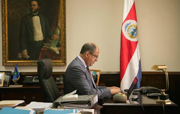 Solís dijo por error que había recortado ¢700 mil millones