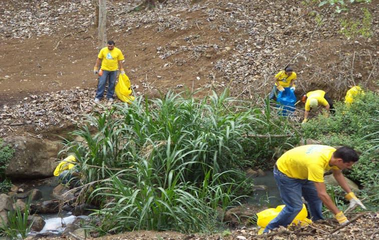 Voluntarios limpiaron río y parque en Curridabat