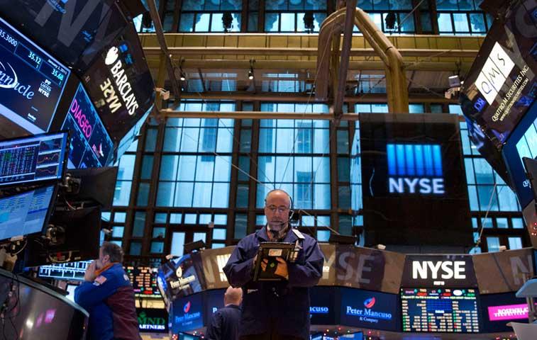 S&P oscila record en tanto datos económicos quedan por debajo de pronósticos