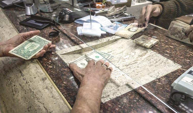 El bolívar se desploma mientras los venezolanos acumulan dólares