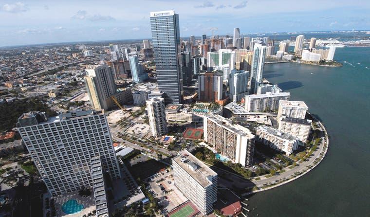 `Condominios de Miami se enfrían en tanto el dólar aleja a los compradores