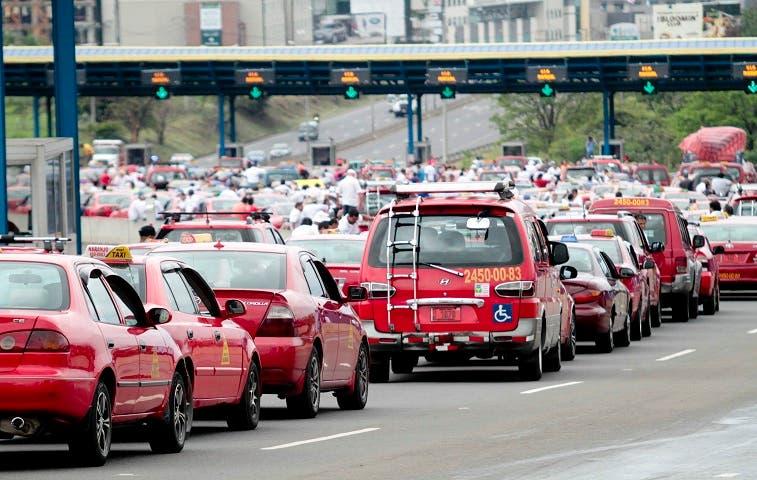 Taxistas paralizan ingreso y salida de San José