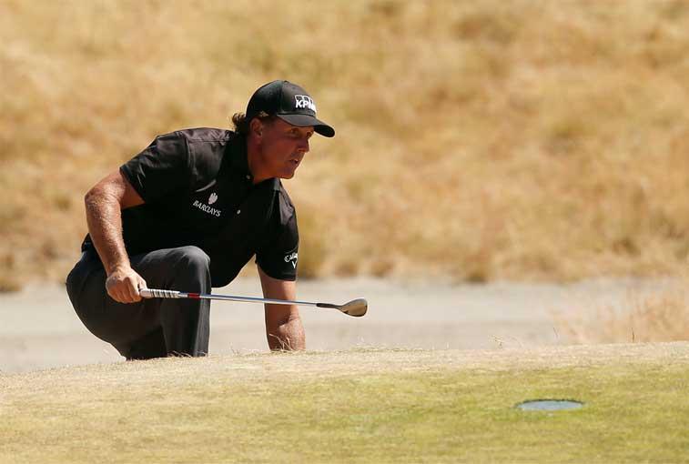 Mickelson cae 13 tiros detrás de los líderes en U.S. Open
