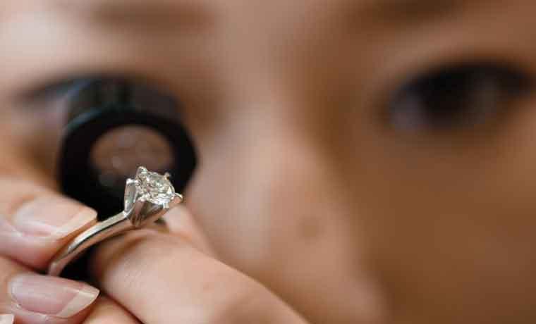 Japoneses están cambiando diamantes por efectivo
