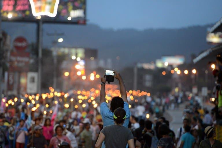 Hondureños piden la dimisión de su presidente en marcha de las antorchas