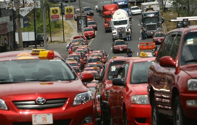 Taxistas cerrarán filas ante inminente llegada de Uber