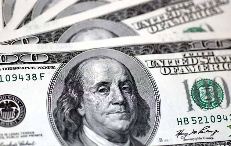 Dólar declina y reduce probabilidades de aumento de tasas de la Fed