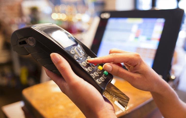 Costarricenses prefieren pagar en efectivo