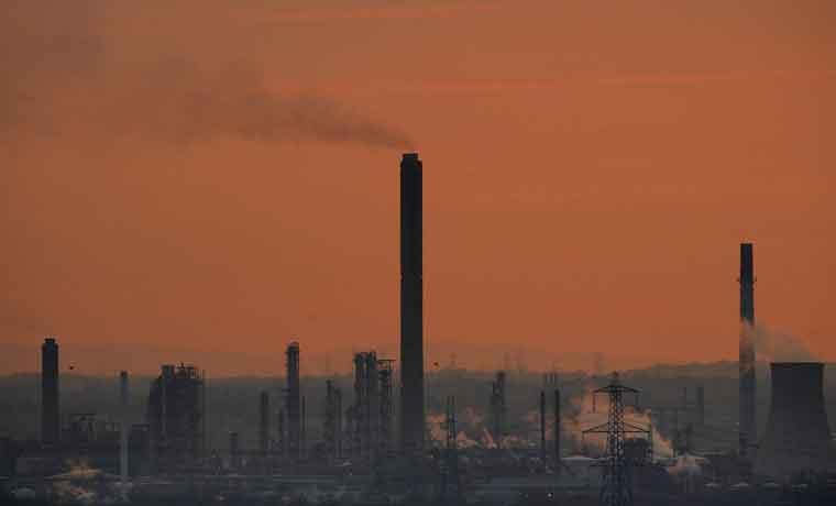 Inversores alcistas en petróleo huyen al aumentar el exceso de oferta