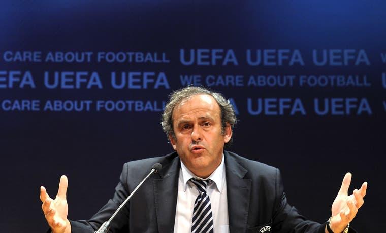 Platini va por la FIFA