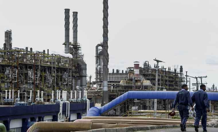 Petróleo empuja materias primas a peor mes desde 2011