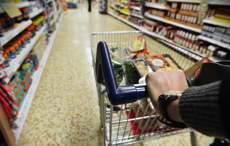 Estadounidenses siguieron gastando en junio y generan mejor segundo trimestre