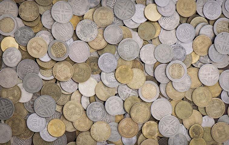 Monedas en caída libre atan las manos de bancos centrales