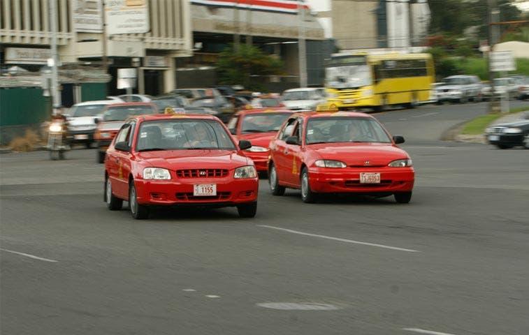 Tarifas de taxis subirían¢15