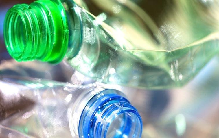 """Gobierno cobraría """"impuesto verde"""" a botellas plásticas"""