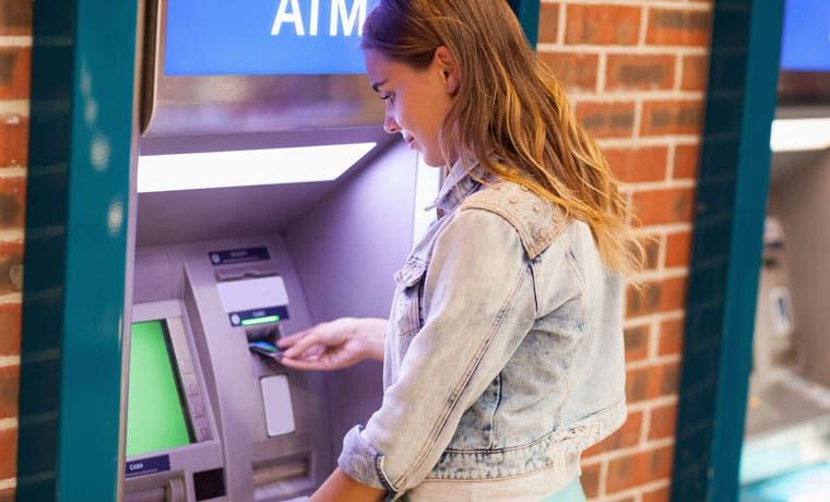 Bancos españoles atraen ira de clientes cobrando uso de cajeros